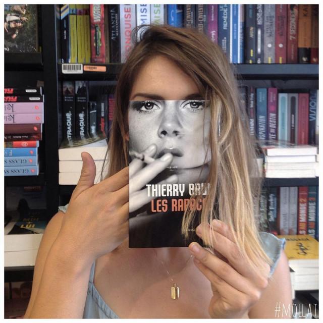 Book Face: сотрудники книжного магазина делают креативные снимки с обложками книг