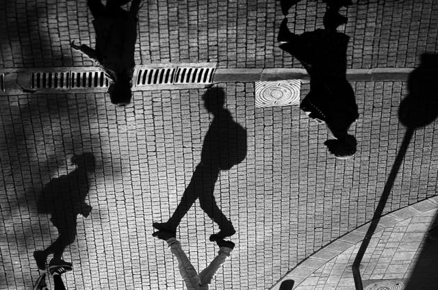 Свет, тени и силуэты: магия чёрно-белой уличной фотографии Гая Коэна