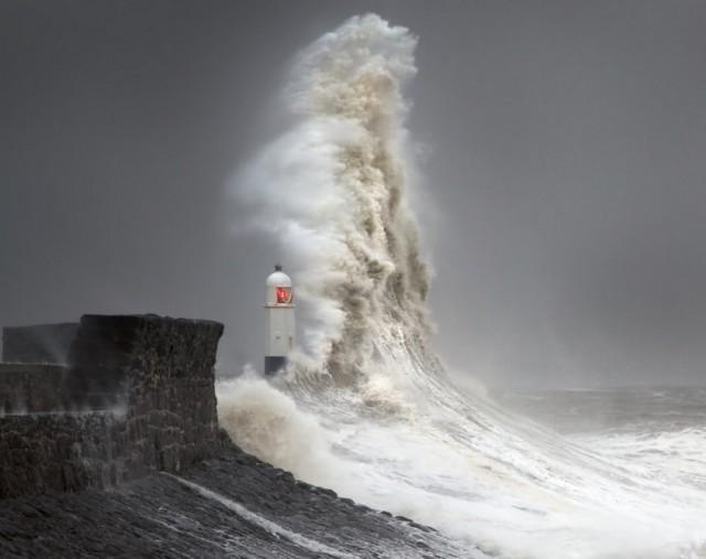 Фотограф годами снимал огромные штормовые волны, разбивающиеся о маяк