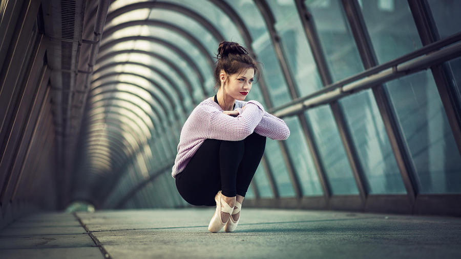 balerini-v-smeshnih-pozah-foto-devushka-v-stringah-stoit-rakom