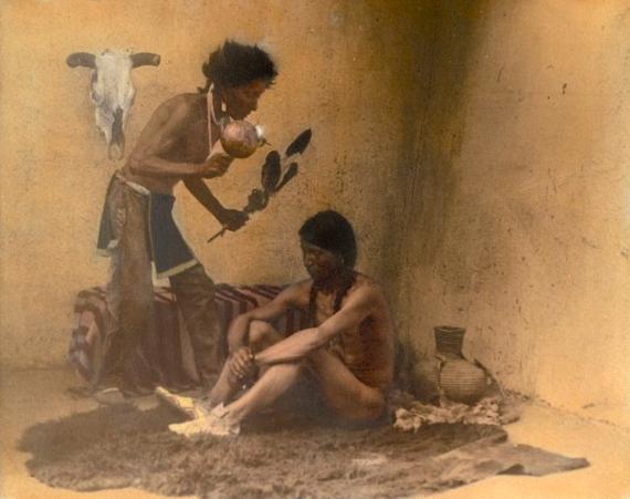 Знахарь с пациентом. Таос-Пуэбло, Нью-Мексико, 1905, фотограф Карл Мун