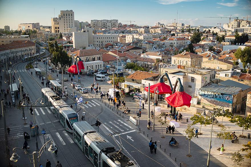 Огромные фонари в Иерусалиме расцветают, когда к ним приближаются люди-2
