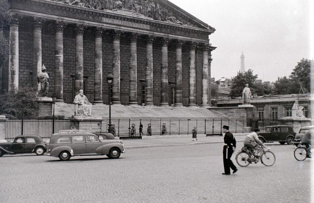 На экскурсию в Париж: столица Франции в объективе фотографа-любителя в 1955 году 29