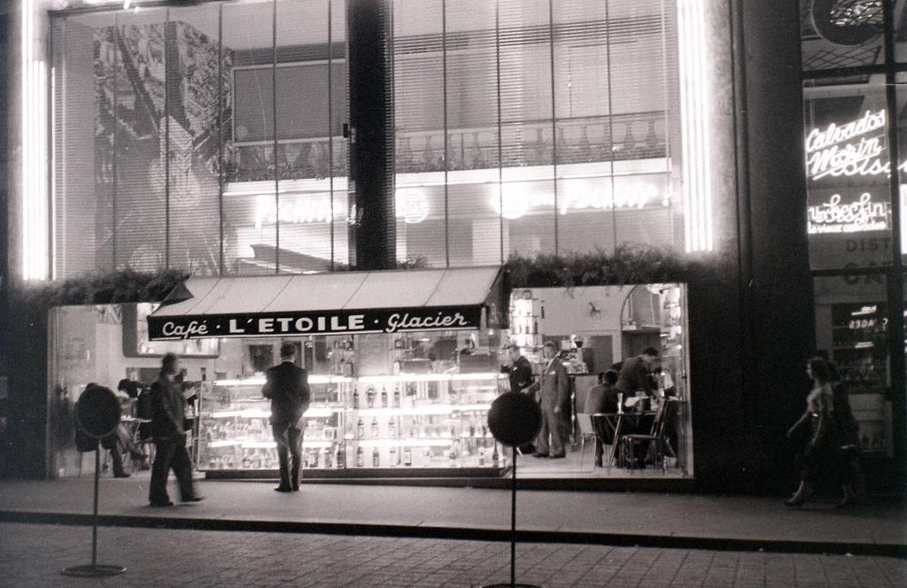 На экскурсию в Париж: столица Франции в объективе фотографа-любителя в 1955 году 32