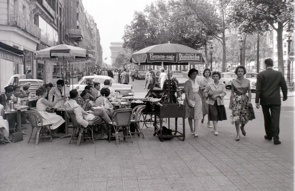 На экскурсию в Париж: столица Франции в объективе фотографа-любителя в 1955 году 8
