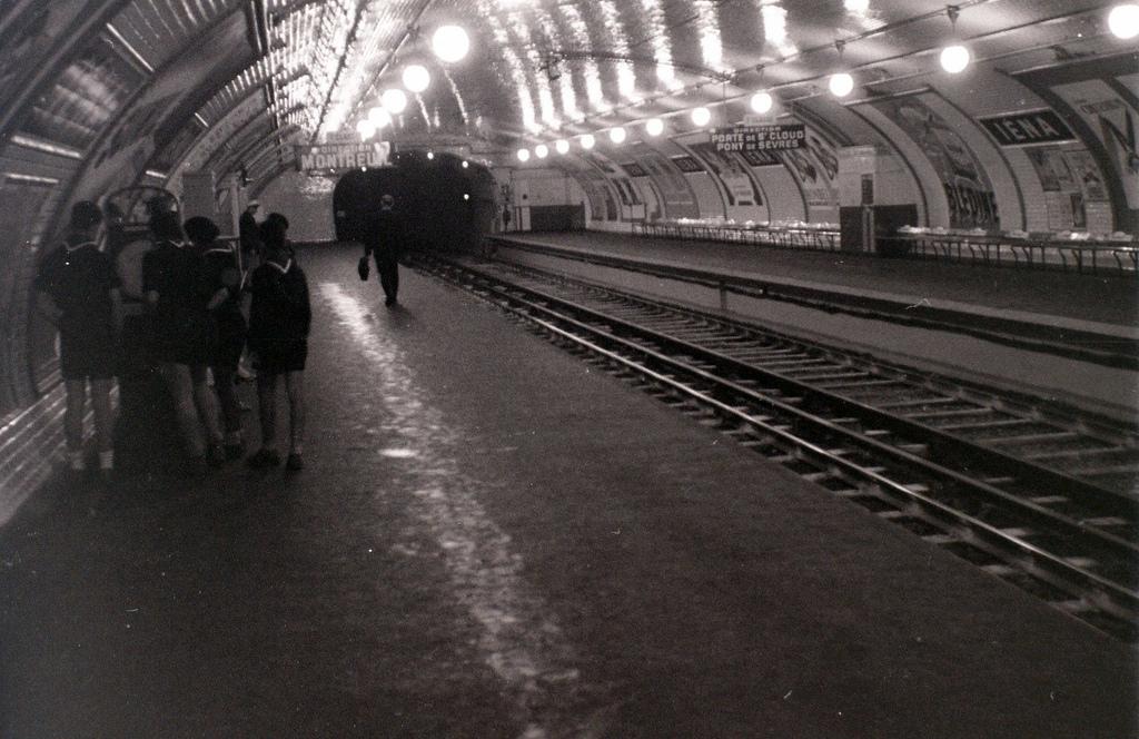 На экскурсию в Париж: столица Франции в объективе фотографа-любителя в 1955 году 9