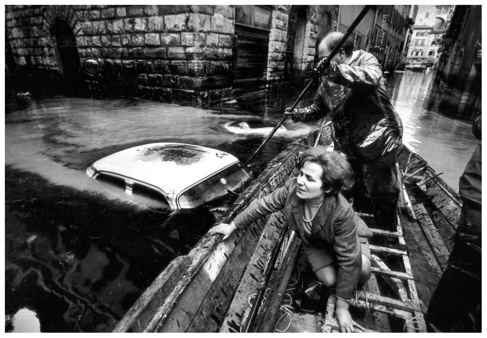 Шедевры от мастеров уличной фотографии: реальная жизнь в каждом снимке 1 17