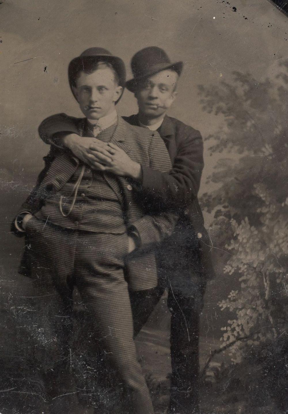 Броманс в викторианскую эпоху: интимные мужские объятия в редких фотографиях конца 1800-х годов  10