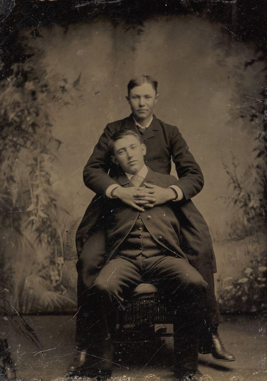 Броманс в викторианскую эпоху: интимные мужские объятия в редких фотографиях конца 1800-х годов  11