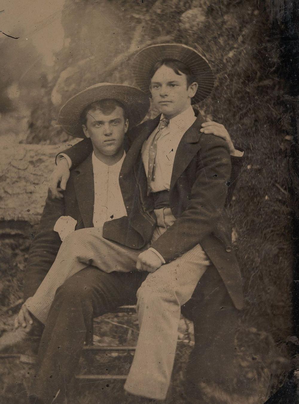 Броманс в викторианскую эпоху: интимные мужские объятия в редких фотографиях конца 1800-х годов  5