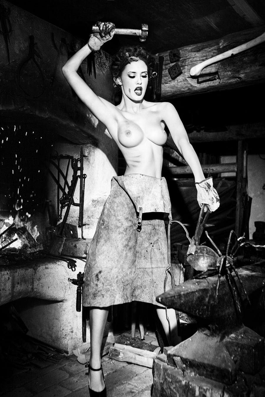 Баварские фантазии в эротических фотографиях Эллен фон Унверт 7