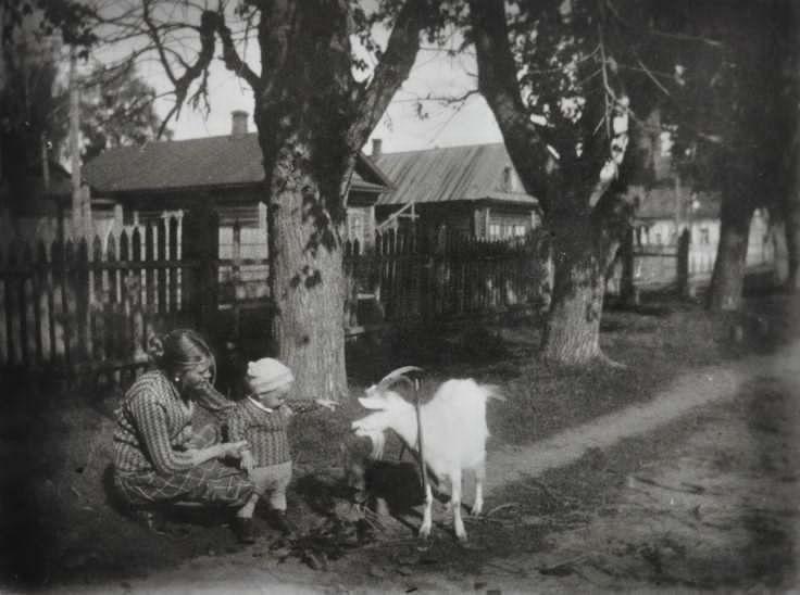 Мария Тарковская и маленький Андрей Тарковский 1933 год Завражье