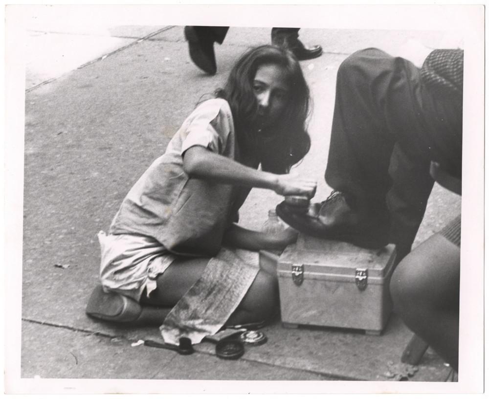Девочка читстит обувь Нью-Иорк 1960