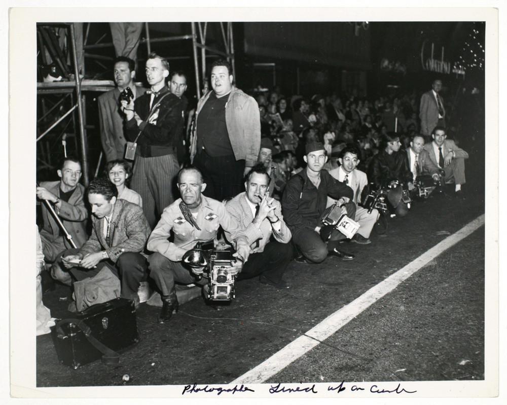 Фотографы выстроились на обочине, 1953