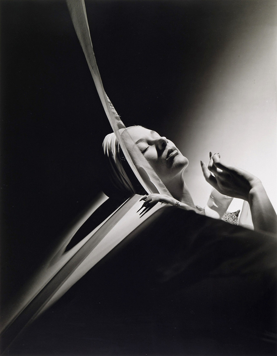 Lisa Fonssagrives with Turban New York Photo by Horst P. Horst 1940