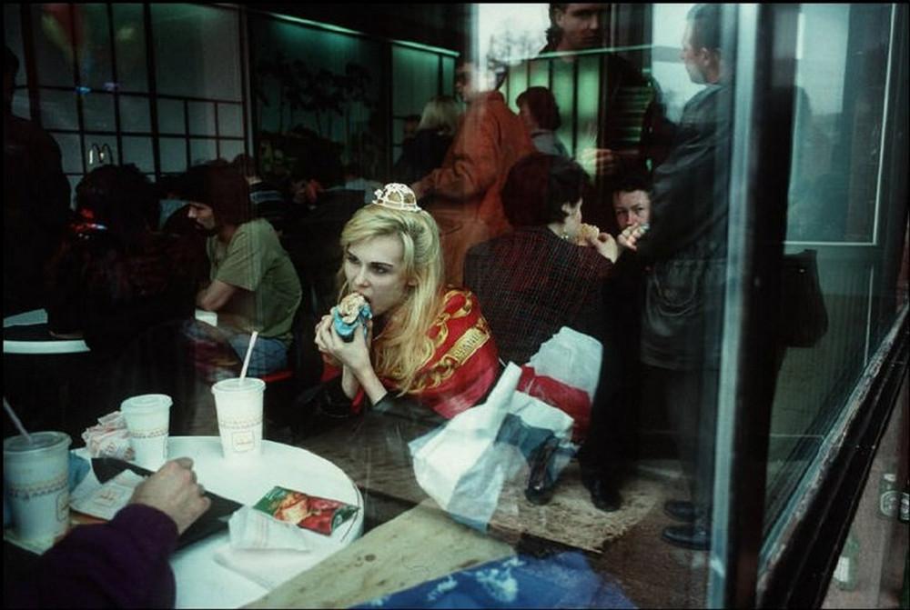 Отчаянные девяностые в объективе французского фотографа Лиз Сарфати 27