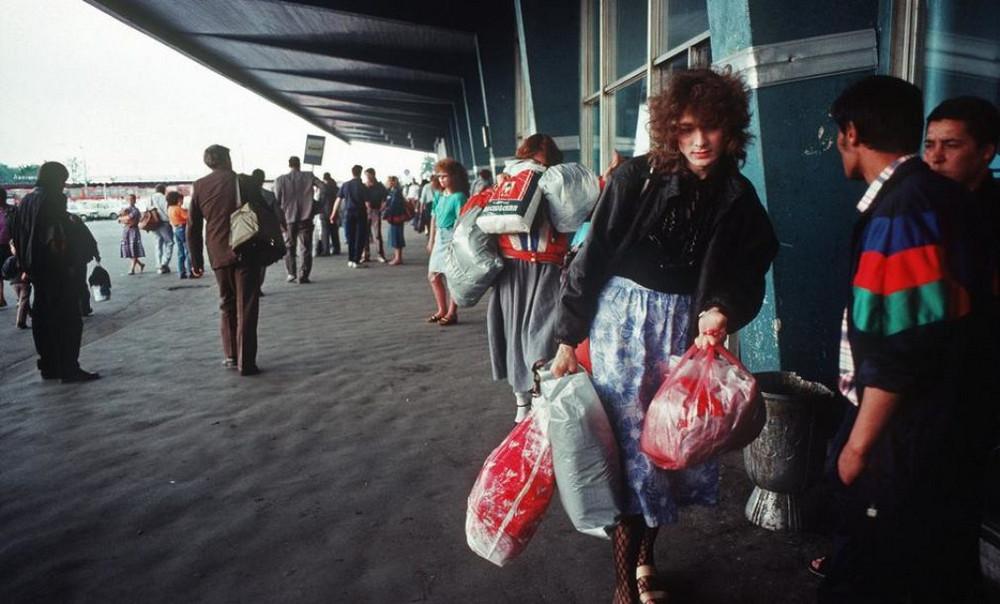 Отчаянные девяностые в объективе французского фотографа Лиз Сарфати 45