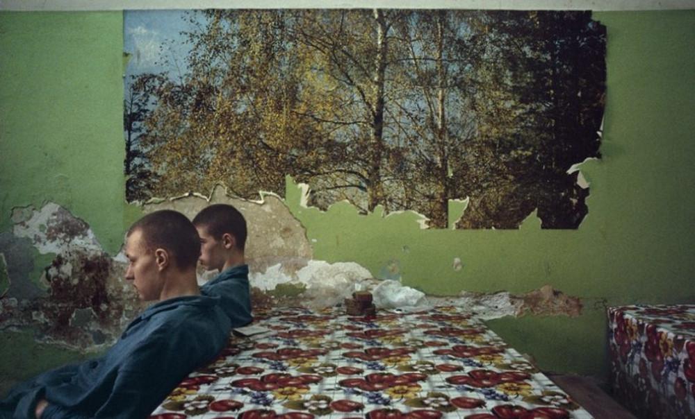 Отчаянные девяностые в объективе французского фотографа Лиз Сарфати 47