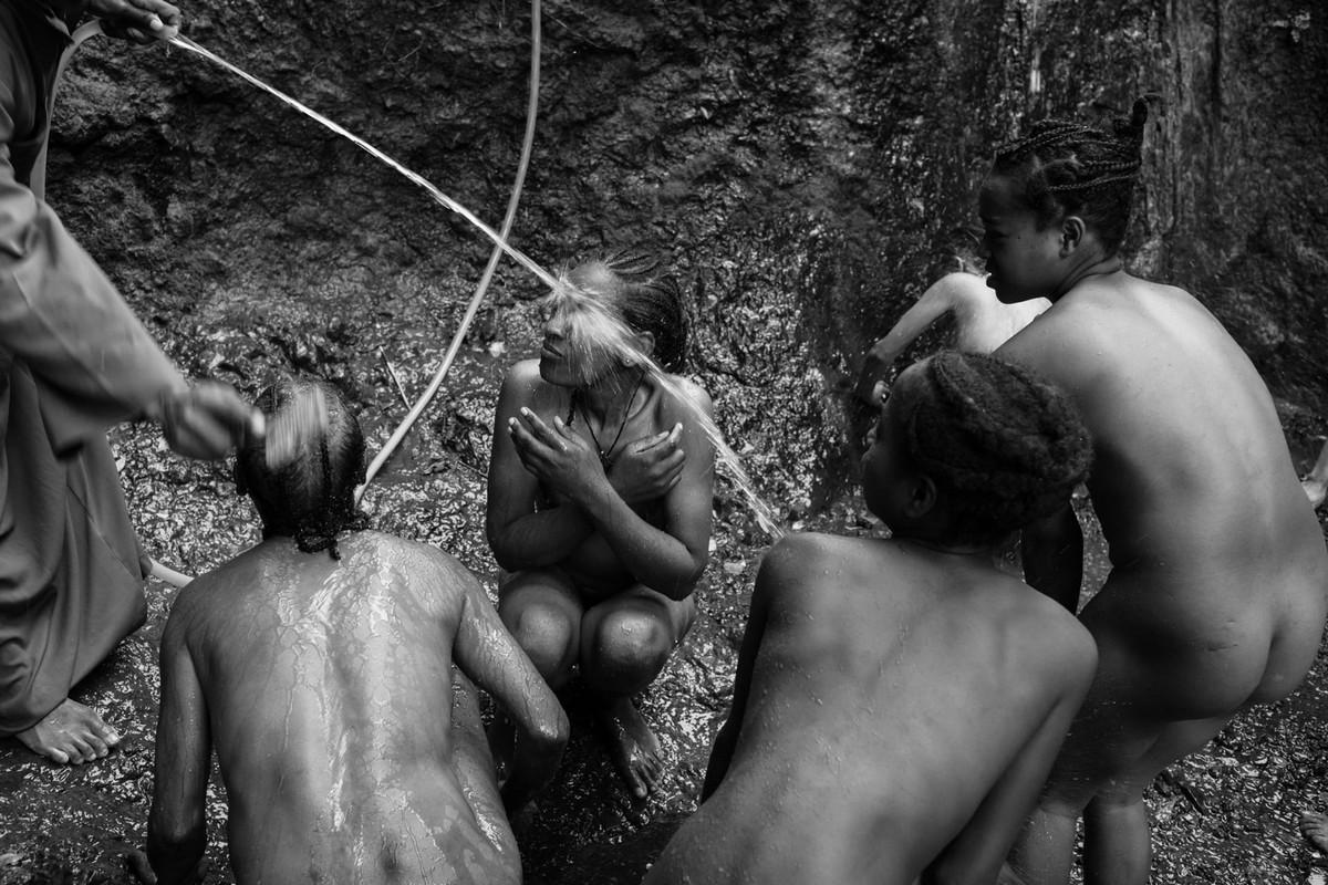 Фотографии массового экзорцизма в Эфиопии. Фотограф Роберт Уоддингем 11