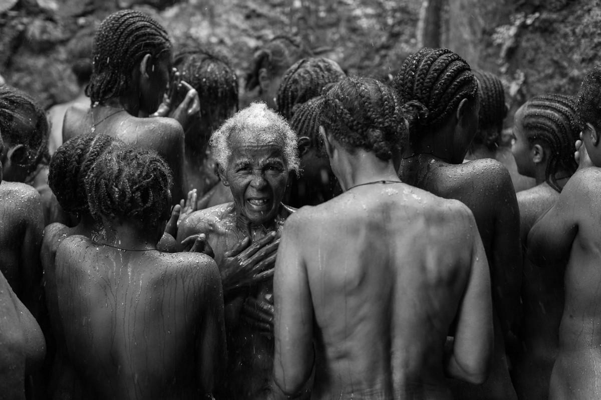 Фотографии массового экзорцизма в Эфиопии. Фотограф Роберт Уоддингем 8