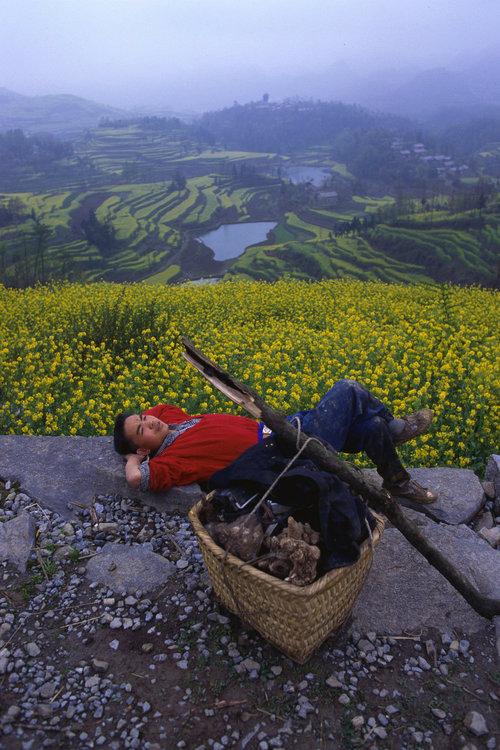 От печали до радости: моменты человеческого бытия в работах фотожурналиста Питера Тёрнли 87