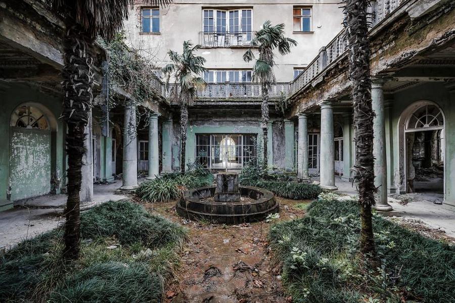 Эстетика заброшенных мест. Фотограф 6 месяцев снимал локации, покинутые человеком