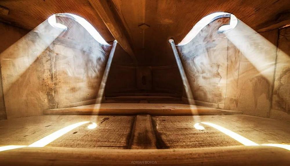 Волшебные фотографии, снятые внутри виолончели и других музыкальных инструментов 2