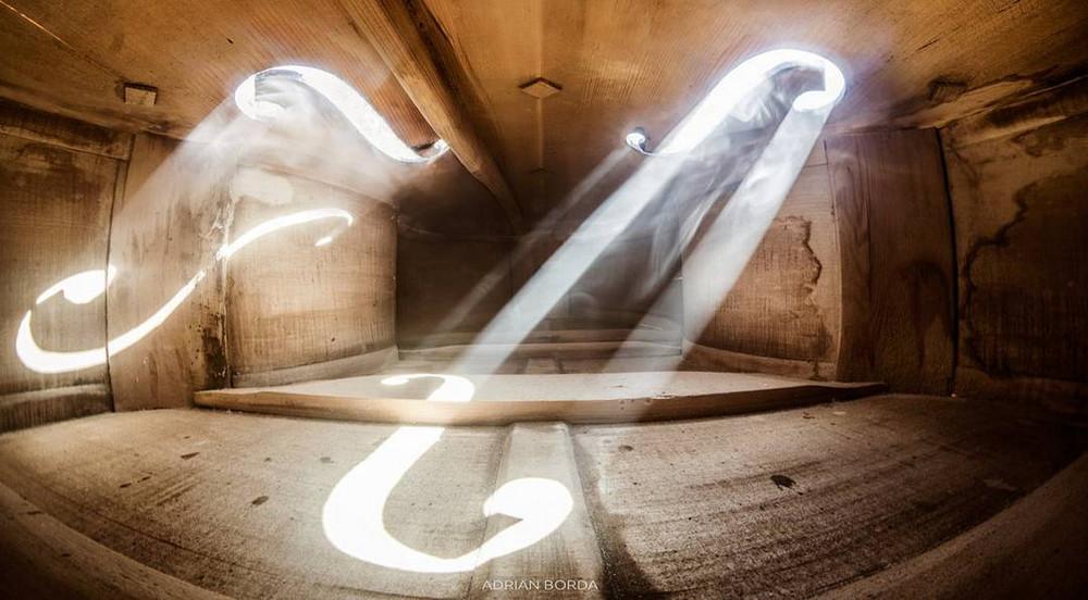 Волшебные фотографии, снятые внутри виолончели и других музыкальных инструментов 4
