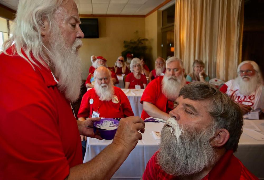 Собрания Санта-Клаусов, русалок, пони – чудные развлечения американцев в фотографиях Артура Друкера 1