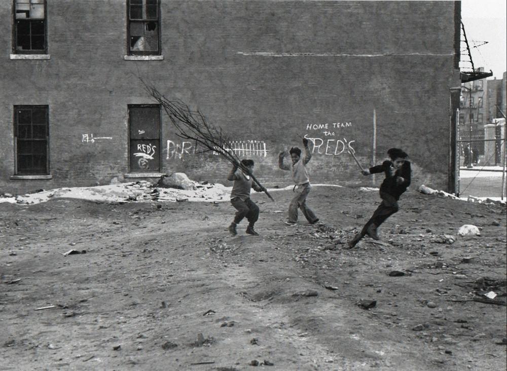 Уличная жизнь Нью-Йорка с 1930-х до 80-х годов в фотографиях Элен Левитт 15