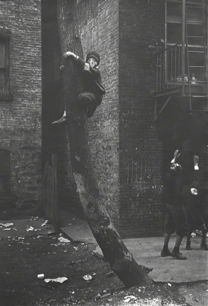 Уличная жизнь Нью-Йорка с 1930-х до 80-х годов в фотографиях Элен Левитт 16