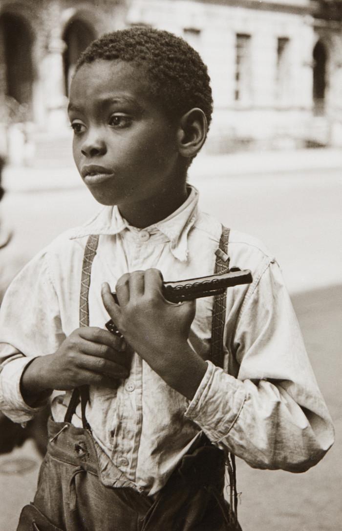 Уличная жизнь Нью-Йорка с 1930-х до 80-х годов в фотографиях Элен Левитт 17