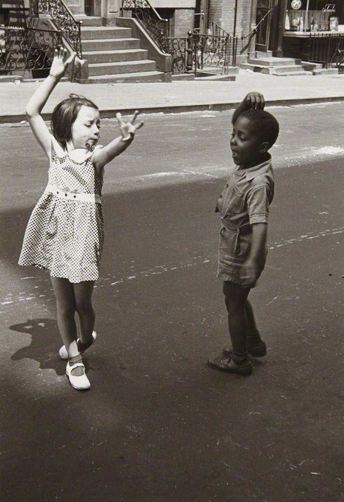 Уличная жизнь Нью-Йорка с 1930-х до 80-х годов в фотографиях Элен Левитт 19