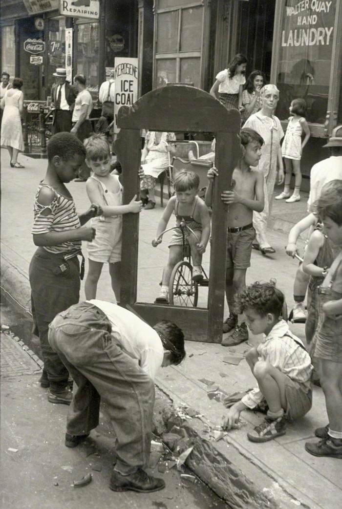 Уличная жизнь Нью-Йорка с 1930-х до 80-х годов в фотографиях Элен Левитт 30
