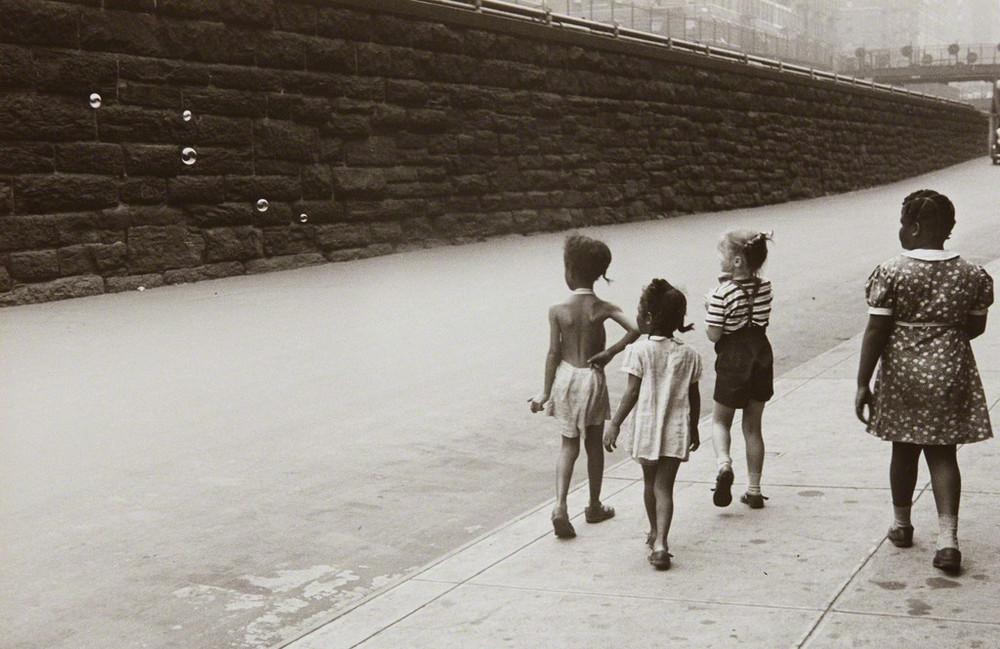 Уличная жизнь Нью-Йорка с 1930-х до 80-х годов в фотографиях Элен Левитт 46