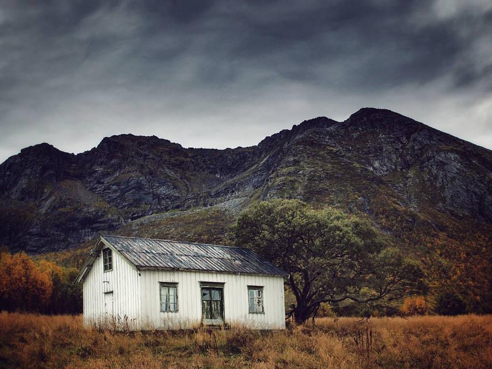 zabroshennye-udalennye-doma-za-severnym-polyarnym-krugom-fotograf-Britt-Mari-Bay 13
