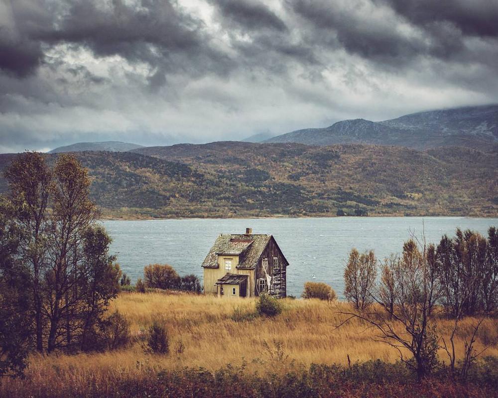 zabroshennye-udalennye-doma-za-severnym-polyarnym-krugom-fotograf-Britt-Mari-Bay 14