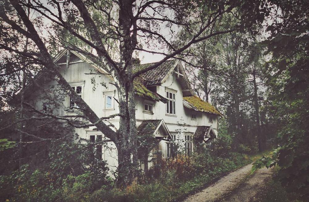 zabroshennye-udalennye-doma-za-severnym-polyarnym-krugom-fotograf-Britt-Mari-Bay 2