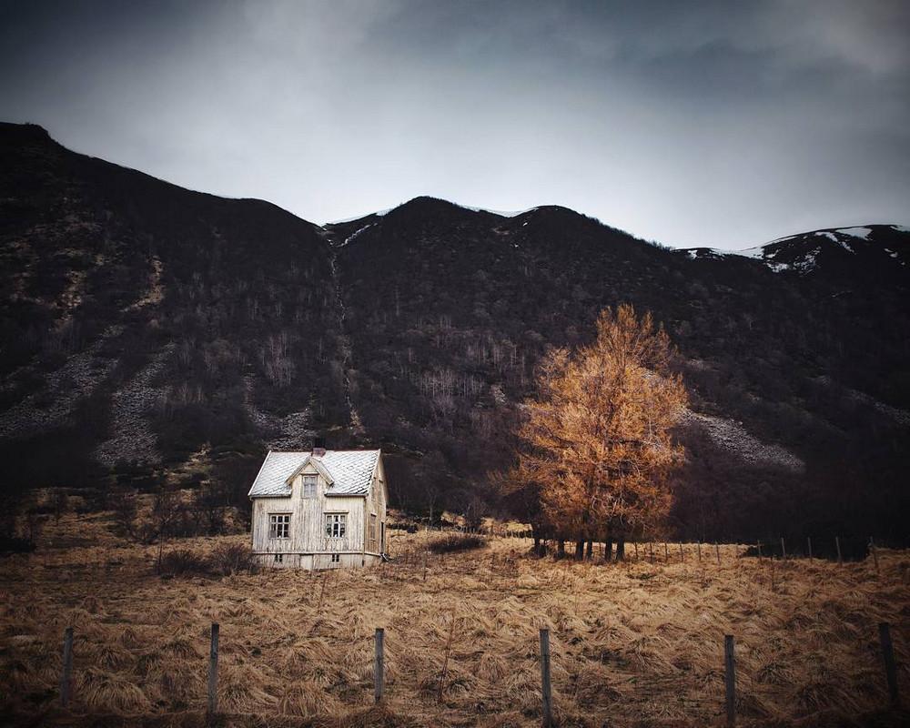 zabroshennye-udalennye-doma-za-severnym-polyarnym-krugom-fotograf-Britt-Mari-Bay 21