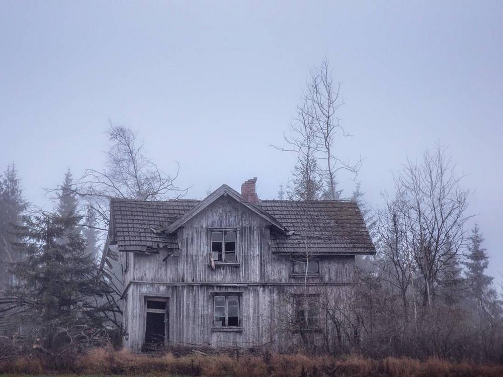 zabroshennye-udalennye-doma-za-severnym-polyarnym-krugom-fotograf-Britt-Mari-Bay 22