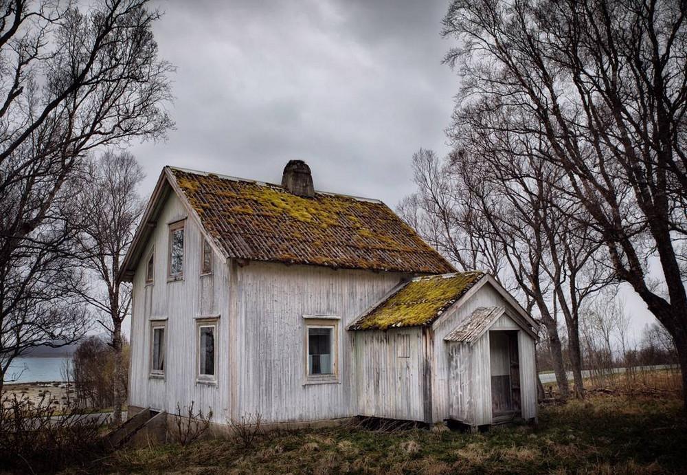 zabroshennye-udalennye-doma-za-severnym-polyarnym-krugom-fotograf-Britt-Mari-Bay 23
