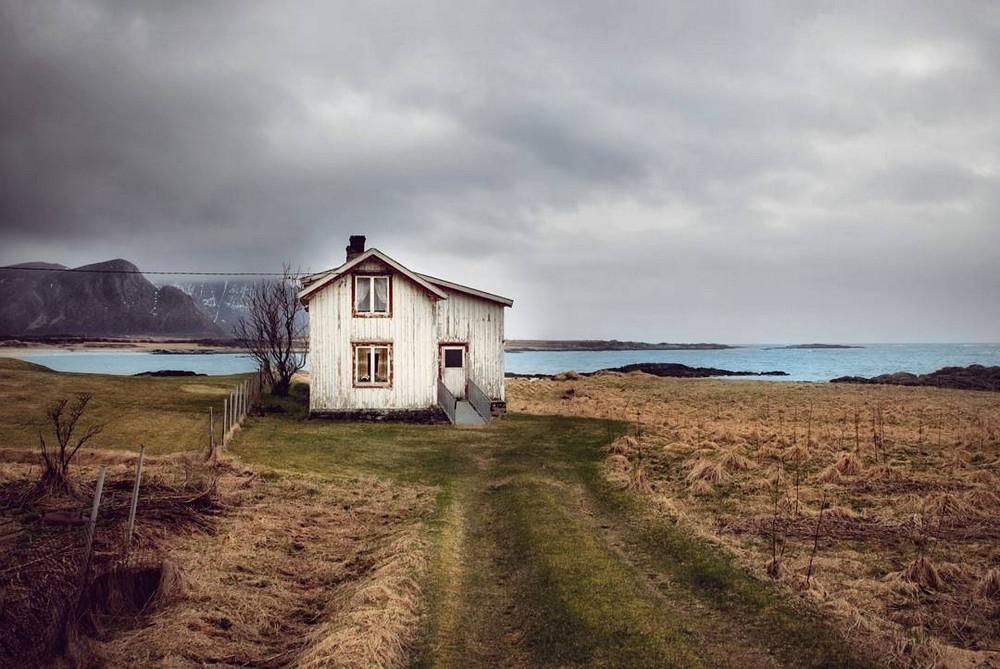zabroshennye-udalennye-doma-za-severnym-polyarnym-krugom-fotograf-Britt-Mari-Bay 25