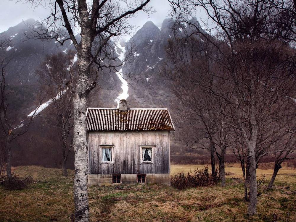zabroshennye-udalennye-doma-za-severnym-polyarnym-krugom-fotograf-Britt-Mari-Bay 26