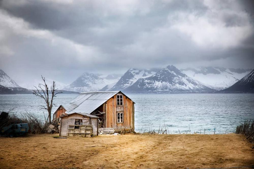 zabroshennye-udalennye-doma-za-severnym-polyarnym-krugom-fotograf-Britt-Mari-Bay 27