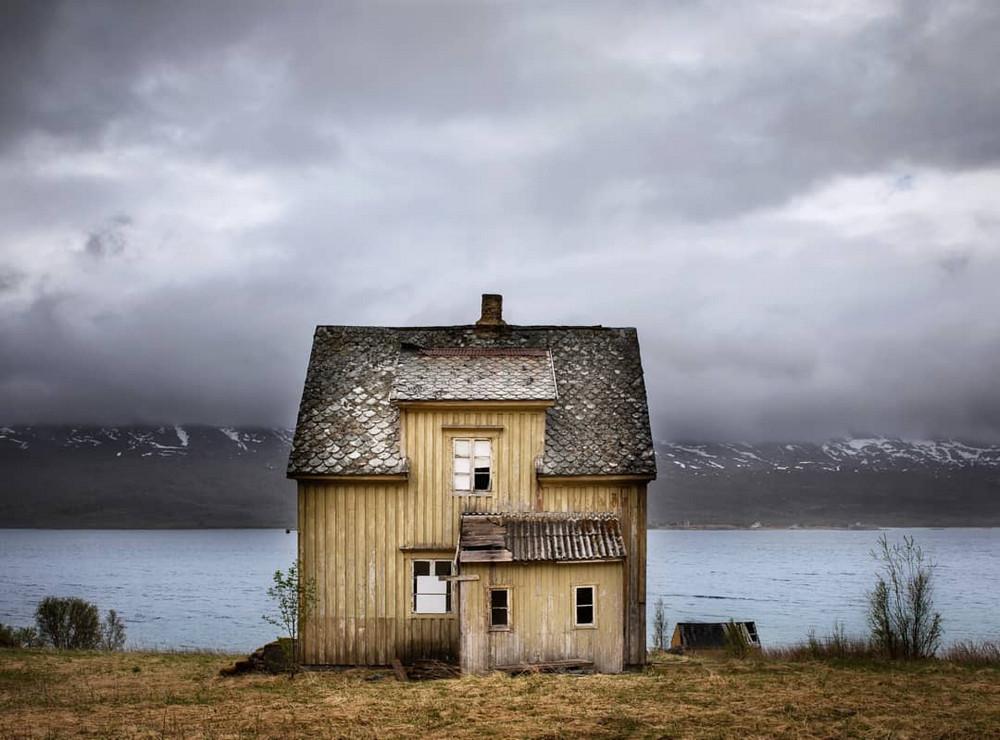 zabroshennye-udalennye-doma-za-severnym-polyarnym-krugom-fotograf-Britt-Mari-Bay 28