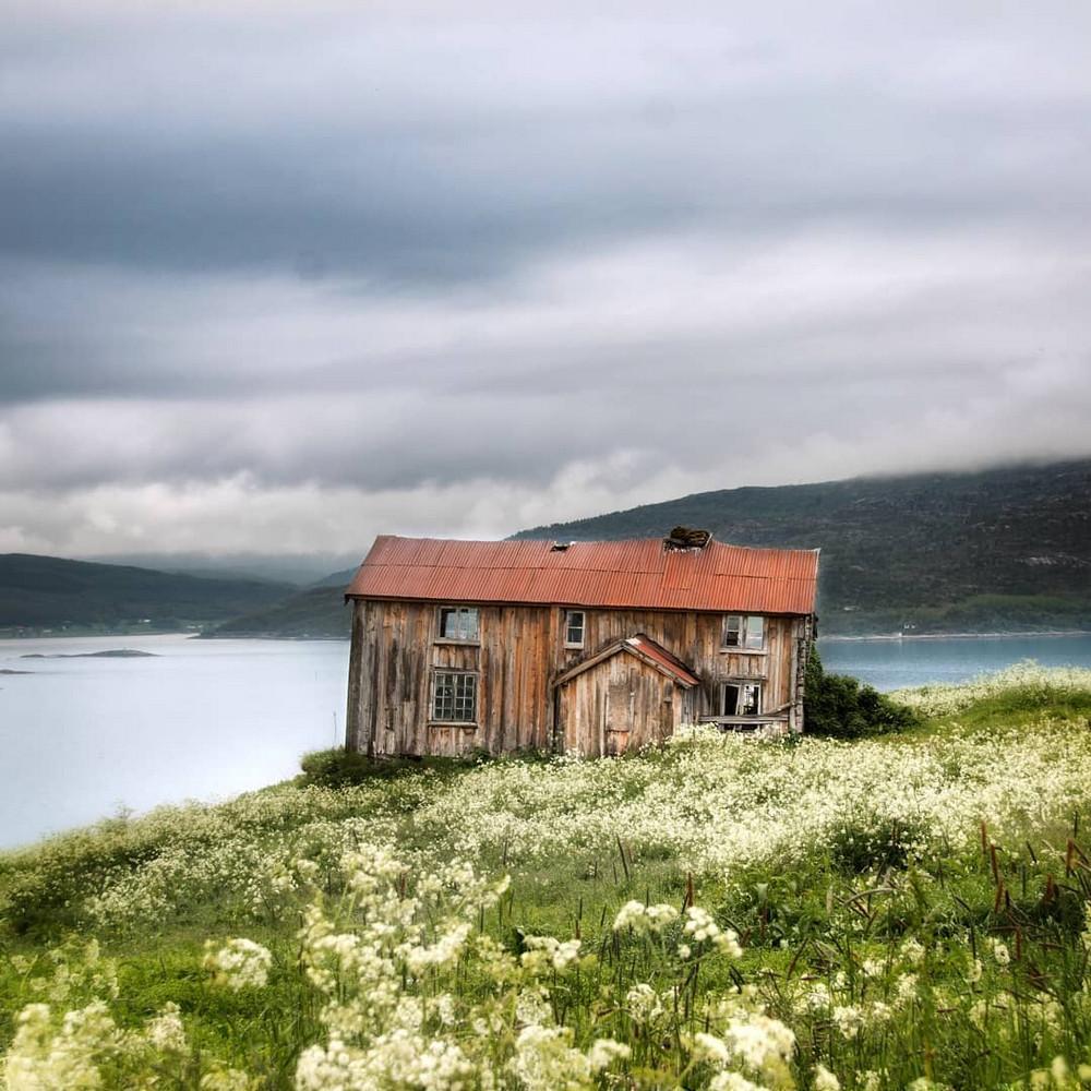 zabroshennye-udalennye-doma-za-severnym-polyarnym-krugom-fotograf-Britt-Mari-Bay 30