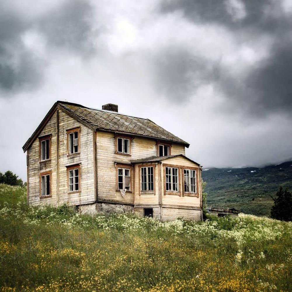 zabroshennye-udalennye-doma-za-severnym-polyarnym-krugom-fotograf-Britt-Mari-Bay 31