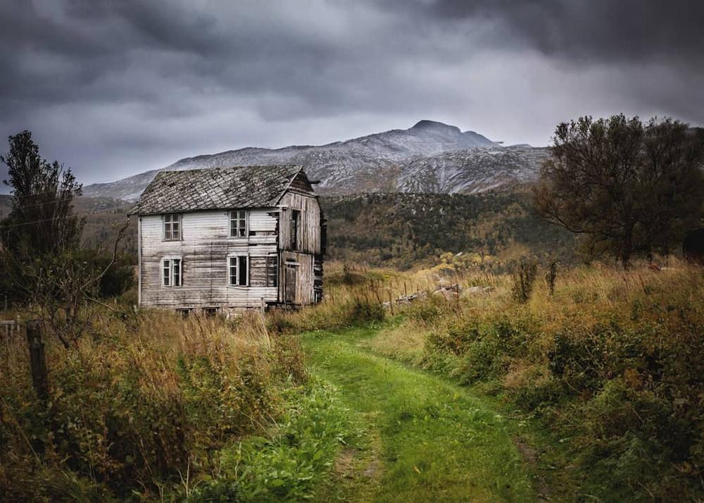zabroshennye-udalennye-doma-za-severnym-polyarnym-krugom-fotograf-Britt-Mari-Bay 32
