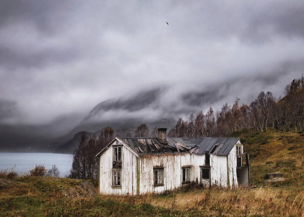 zabroshennye-udalennye-doma-za-severnym-polyarnym-krugom-fotograf-Britt-Mari-Bay 33