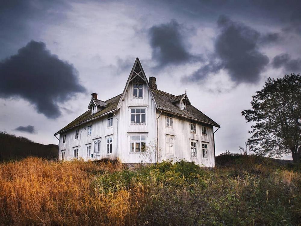zabroshennye-udalennye-doma-za-severnym-polyarnym-krugom-fotograf-Britt-Mari-Bay 34